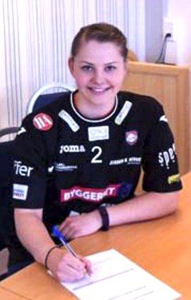 Kontrakt: Amalie Hansen skriver under for HK Halden.Foto: Privat
