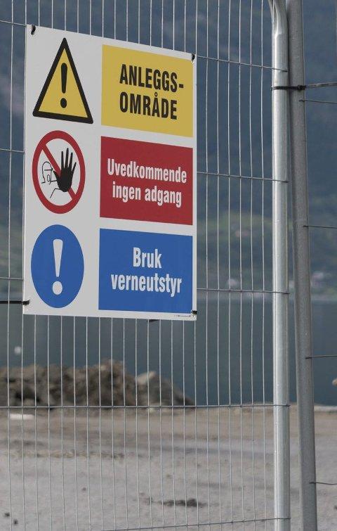 Anleggsområde: Lastebilar skal fylla massar for å utvida Lofthus sentrum.