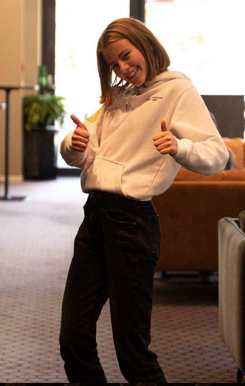 Elevrådsleder Nora Thrana-Isaksen gir tommel opp for Kippermoen ungdomsskole. Onsdag går elevene i tog fra Kippermoen og til Fru Haugans Hotel hvor skolestruktur er tema i kommunstyremøtet.