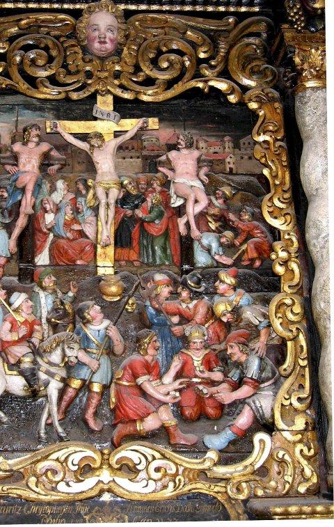 Korsfestelsen: Her ser vi den figurrike fremstilling av korsfestelsen som er på altertavlen. Jerusalem by er i bakgrunnen og terning-spillere, tilskuere og vakter i front og på sidene. Alle foto: Torill Rambjør