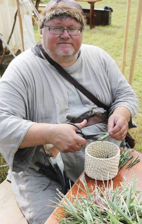 Te av geiterams: Legger du turen innom Middelalderdagene på Fiskum i helgen kan du blant annet smake på geiteramste. Her er Bent Ek i ferd med på klippe opp bladene på geiteramsen i små biter.
