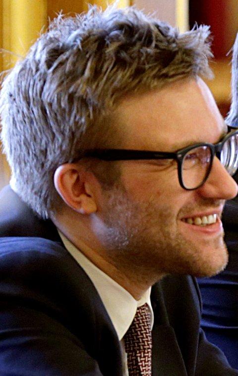 Oslo  20141105. Muntlig  spørretime på Stortinget, stortingsrepresentantene Stefan Heggelund (H) og Sveinung Rotevatn (V) ler i spørretimen. Foto: Vidar Ruud / NTB scanpix