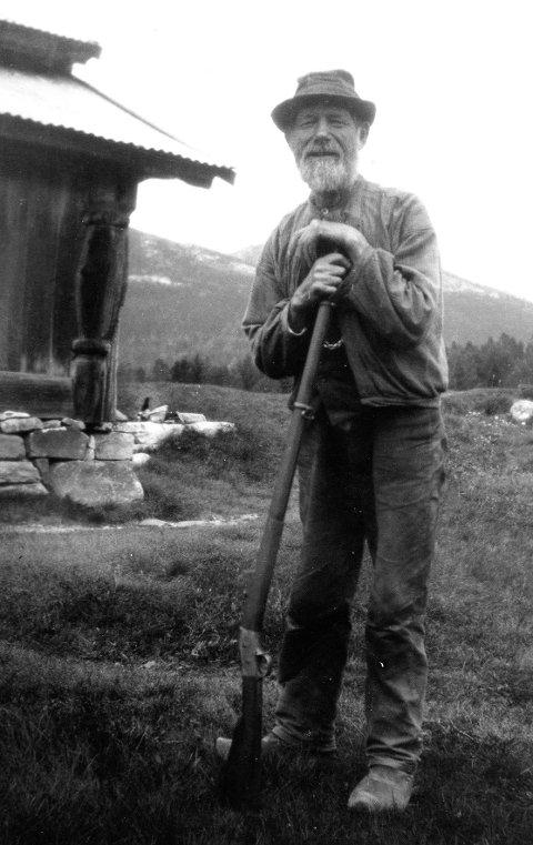 JEGER: Torgrim Hellem med børsa. Bildet er datert 19. mai 1913. (Foto: Statsarkivet, J.Midttun)