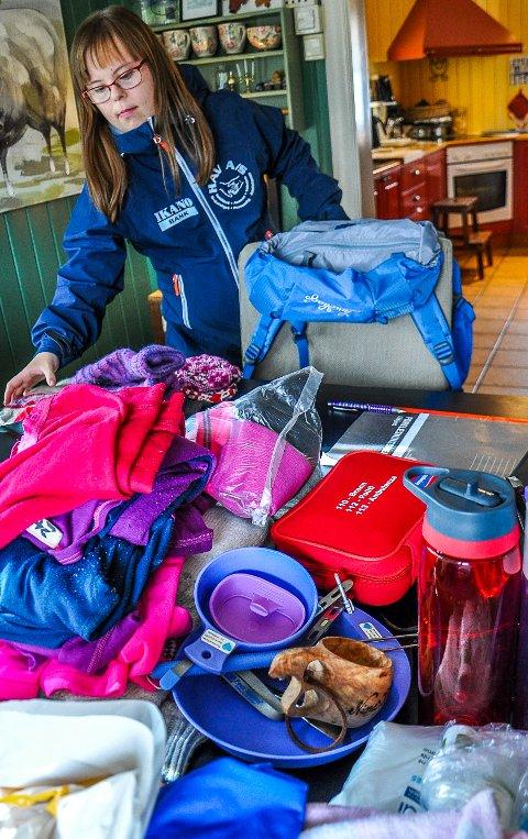 Nina Helene Karlsen (20) pakker sekken foran sin villmarkstur med Himmeljegerne.