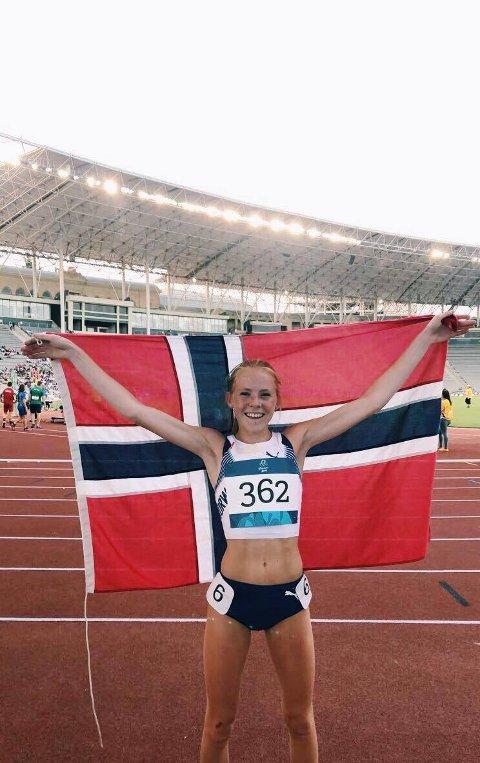 Ina Halle Haugen poserer stolt etter sølv på 3000 meter under European Youth Olympic Festival i Baku, Azerbaijan