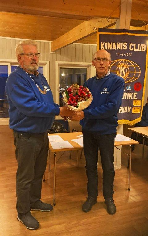 LEDERSKIFTE: Avtroppende president Leif Aspevoll overlater styringen til etterkommeren Rune Thorsen i Kiwanis Club Ringerike.