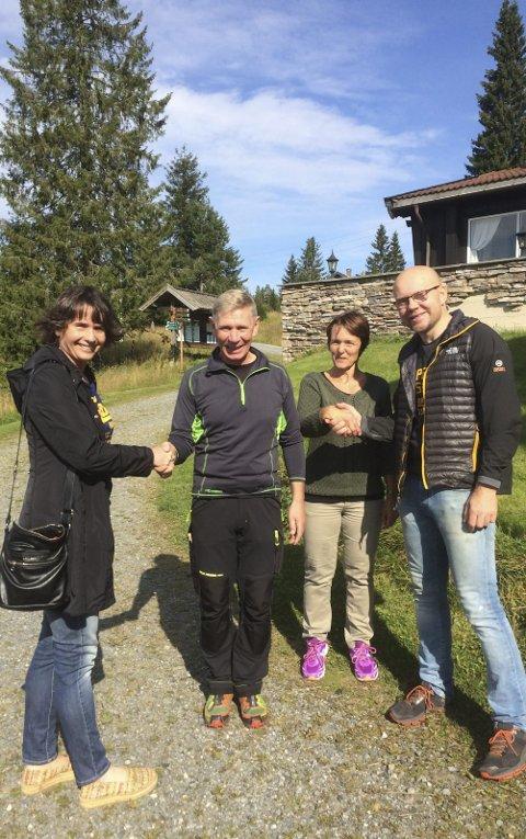 Ekteparet Rita (til v.) og Vidar Bakken (til h.) overlater bestyreransvaret på Løvlia til Tove Bøhler Hansen og Viggo Birger Hansen. Foto: Skiforeningen