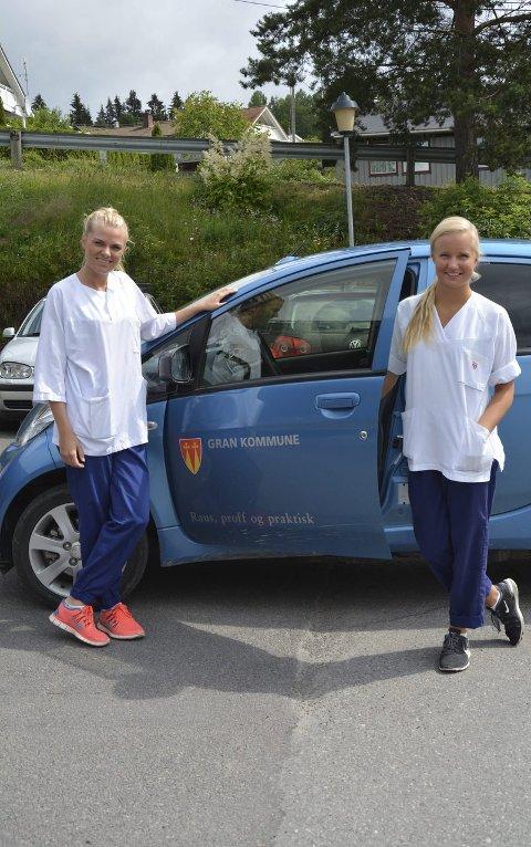 BIL: Anette og Line er avhengig av bil i jobben. Bilen brukes til å kjøre rundt til pasientene.