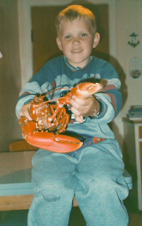 Ein sju år gammal Jan-Tore Aldeholm har nett blitt introdusert for hummarfiske av bestefaren.