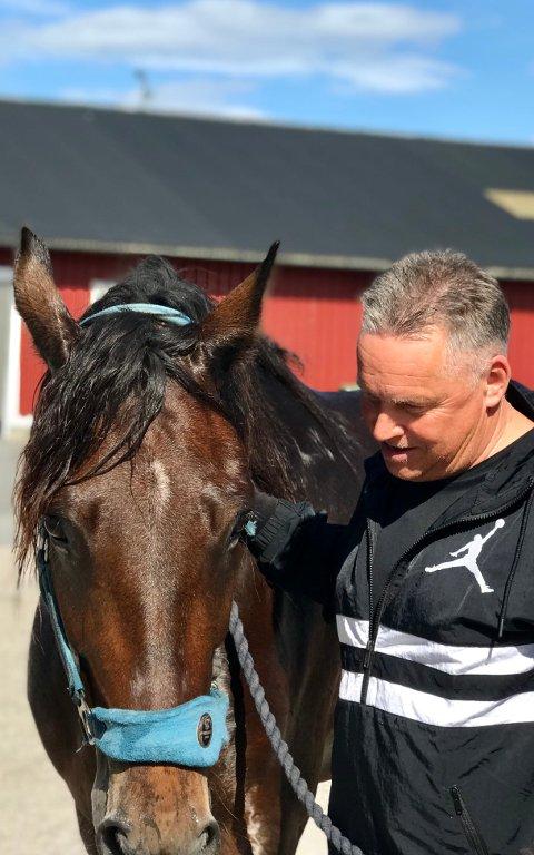 GLAD I DYR: Knut Morten Johansen (Frp) er glad i dyr, og er blant annet medeier i travhesten Alm Tanaka.
