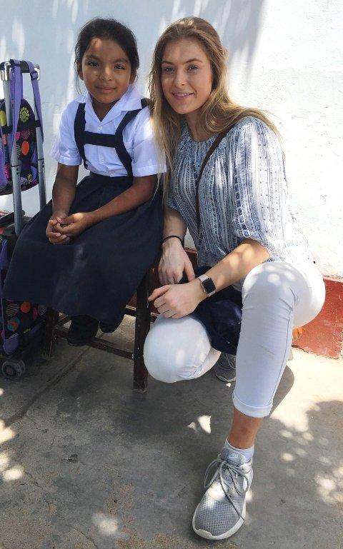 Karoline Sætre Aas sammen med et av barna fra barnehjemmet i Peru.