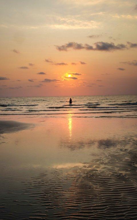 KO KUT: Solnedganger og strender som dette ser man på øyer over hele Thailand, men sjelden uten paraglidere i horisonten og akkompagnerende techno-musikk. Ko Kut - ved grensen til Kambodsja - er et av unntakene.