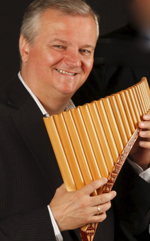 Roar Engelberg spiller panfløyte søndag.