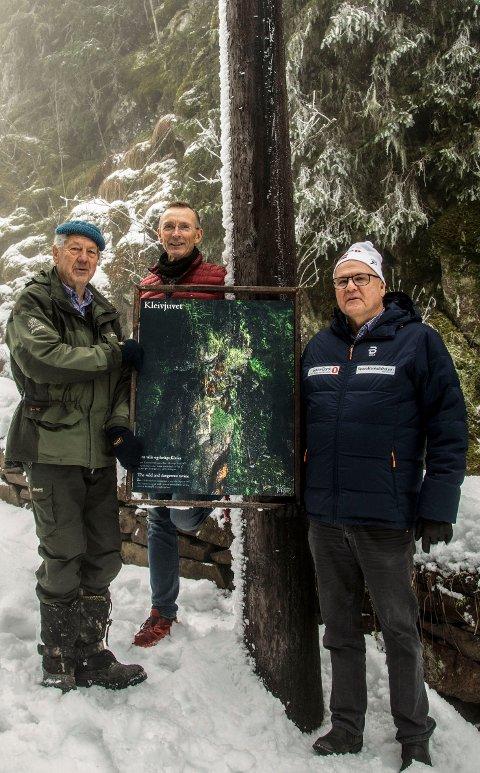 Bildet viser fra høyre: Runar Krokvik fra Sparebankstiftelsen Ringerike, Erland Røed, lokal fotograf og Knut Grande fra Venneforeningen Krokkleiva