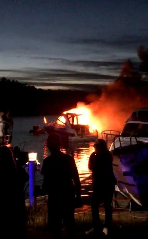 BRANN: Båten sto i full fyr.