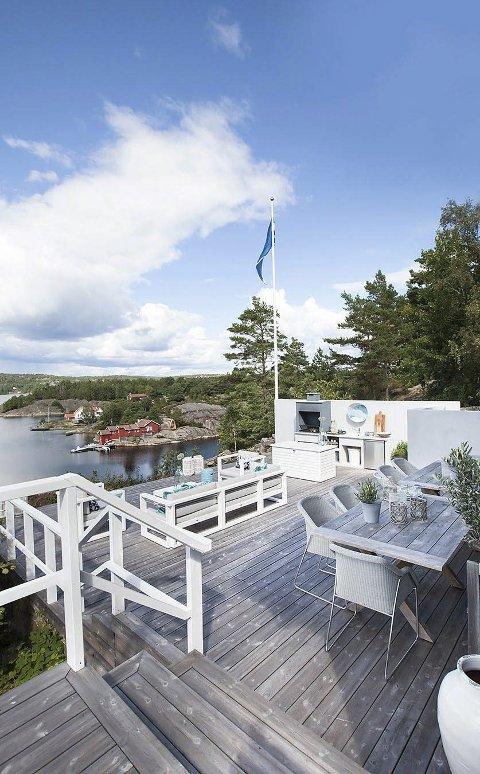 Uteliv: Hytta har flere store terrasser og nydelig utsikt. Utekjøkkenet legger langt far innekjøkkenet og nær spiseplassen ute.Foto: Privat