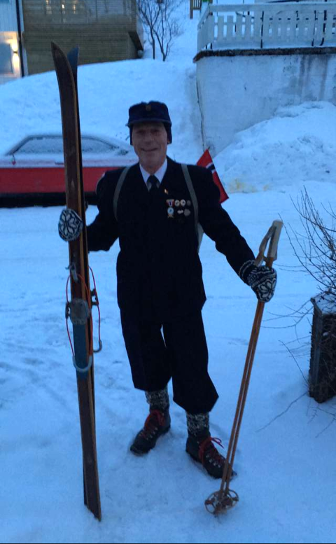 Trond Heiving i skidressen etter bestefaren Marius Trældal. Klærne er fra 1951.