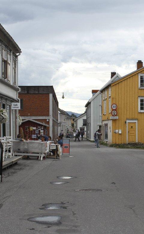 Sjøgata: Sjøgata er viktig for mange. Vikgårdens uteservering til venstre.  foto: Benedicte wærstad