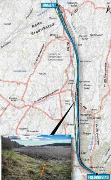 TRASÉFORSLAGET: Den blå linjen er alternativet som Jernbaneverket anbefaler. Den ligger øst for dagens linje. Tunnelene er skravert. Dagens jernbanespor skal brukes mens byggingen pågår. Bildet er tatt ved Strand. (Illustrasjon: Lill Mostad og Jernbaneverket)