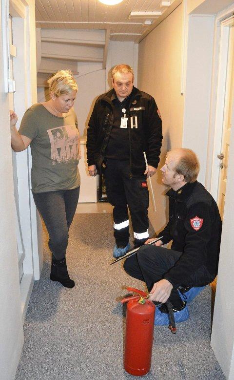 Fornøyd: Egil Pinås (sittende) og Rune Nilsen anbefalte Malin Bråthen å kjøpe nytt brannslukningsapparat, men var ellers svært fornøyde med tingenes tilstand hjemme hos familien Bråthen. Alle foto: Thomas Lilleby