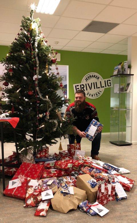 JULEGAVER: Øyvind Sogn takker alle som har bidratt med julegaver til utdeling. Foto: tilsendt.