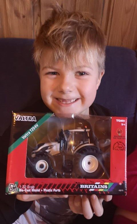 OMSORGSFULL STOREBROR: Jakob viser stolt fram traktoren han skal gje til veslebroren Aksel (4).