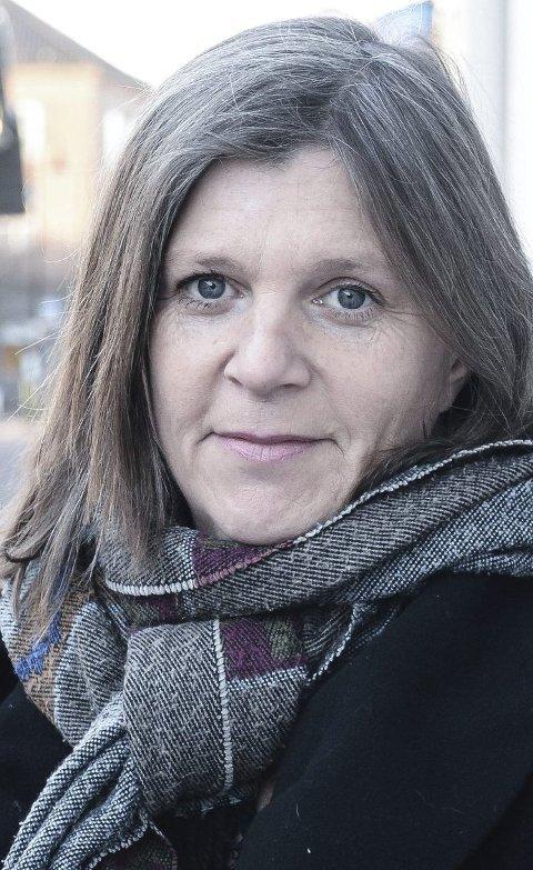 HJELPER ANDRE: Anne Line Diesen og de andre i Kirkens SOS for Buskerud og Vestfold har en egen krisetelefon som tar imot henvendelser dag og natt. Men de hører sjelden fra de unge mennene. (Foto: Siw Nakken).
