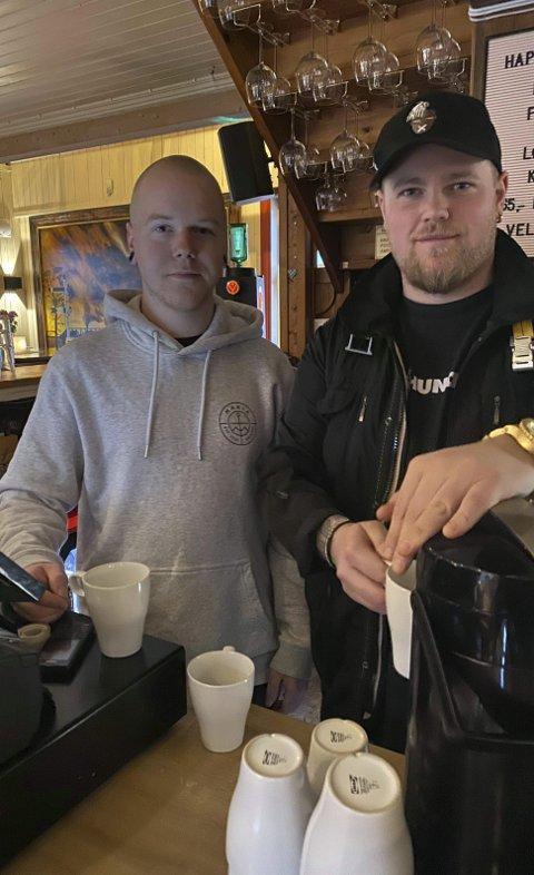 Kaffe: Inntektene fra denne ukens kaffesalg går til det lokale prosjektet Alle skal med forteller barsjef Kristian Gisti (t.h.) og Aleksander Knutsen.