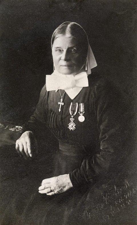 ÆRESBEVISNING: Cathinka Guldberg ble som første kvinne utnevnt til ridder av St. Olavs Orden i 1915. På bildet bærer hun medaljen og sin diakonissedrakt.