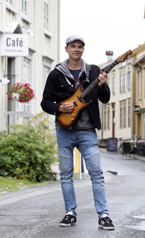 I hus og hage: Martinius Mentzen (18) debuterte med Helgeland gitarunion i Gilles Garden, noe han beskriver som veldig lærerikt og veldig skøy. Nå er han klar for Kulturbadet med samme gjengen. – Jeg anbefaler folk sterkt å komme. Det blir god musikk og god stemning, melder Martinius. Foto: Stine Skipnes
