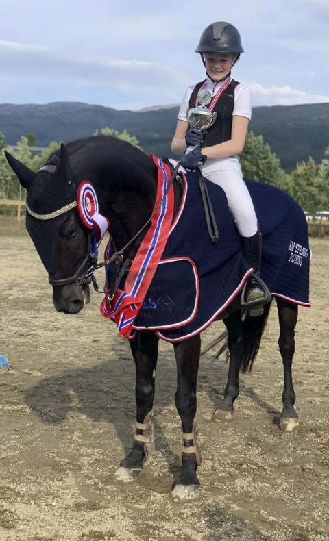 KM-VINNER: Emma Elise Jensen og ponnien Oliver vant kretsmesterskapet for ponni 2019.