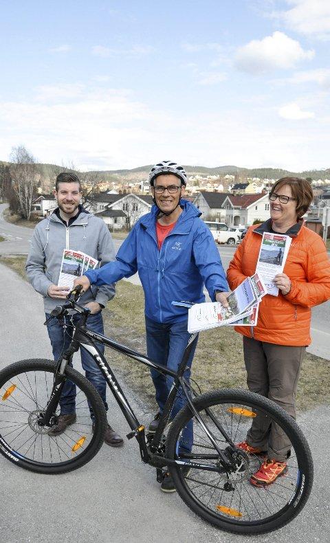 Starten: I april opplyste Kari Larsen (f.h.), Roar Kråkenes og Alexander Kasin at sykkelpostene var satt ut, og at du samtidig med sykkelpostjakten vil lære egen by og nærområde bedre å kjenne.