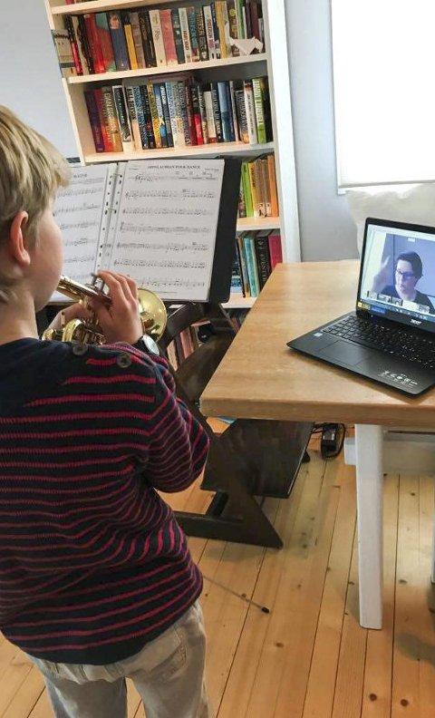 På nett: Slik ser en digital spilletime ut. Jonas Hovde spiller, med dirigent Anett Szurcsik-Bubreg på skjerm foran seg. Foto: Privat