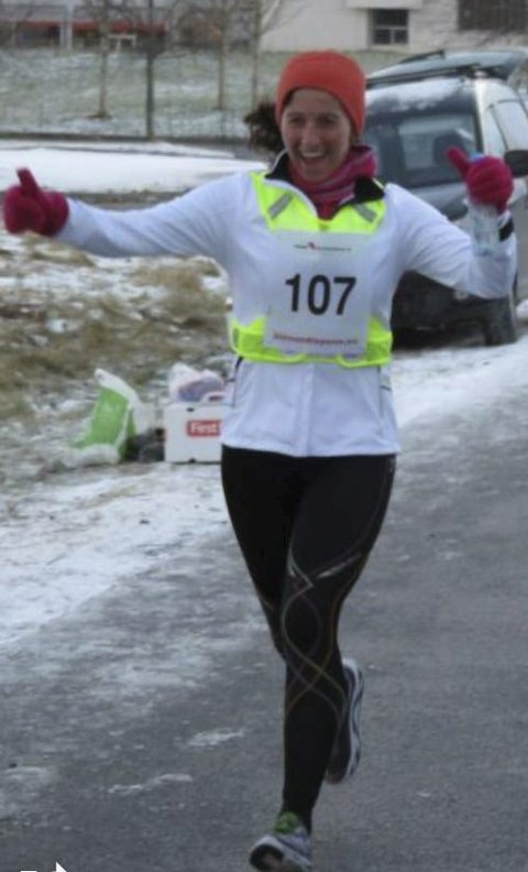 Titina Bakken passerer målstreken i sin helmaraton nummer 50 i 2015.
