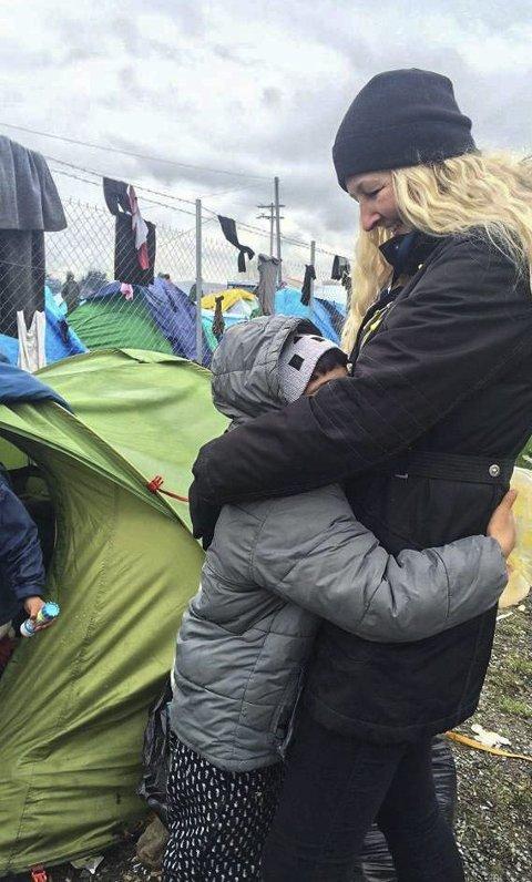 GJORDE INNTRYKK: Monica Torp Borg klarte ikke å glemme menneskene hun møtte i Hellas under sin første tur til flyktningleirene i fjor. – Ikke alle kan fra ned og hjelpe, men alle kan gjøre noe, understreker hun. 3. oktober drar hun tilbake enda en gang.Begge foto: PRivat