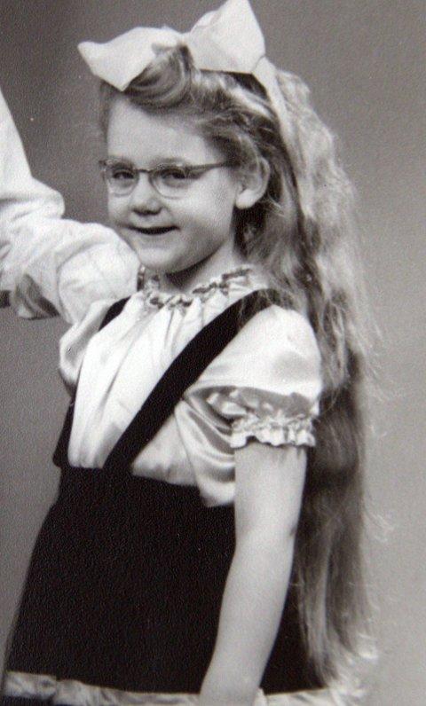 Inger Wahlberg var vilter og nysgjerrig som barn, og ville mye heller ville klatre i trærne enn å leke med dukker. Foto: Privat