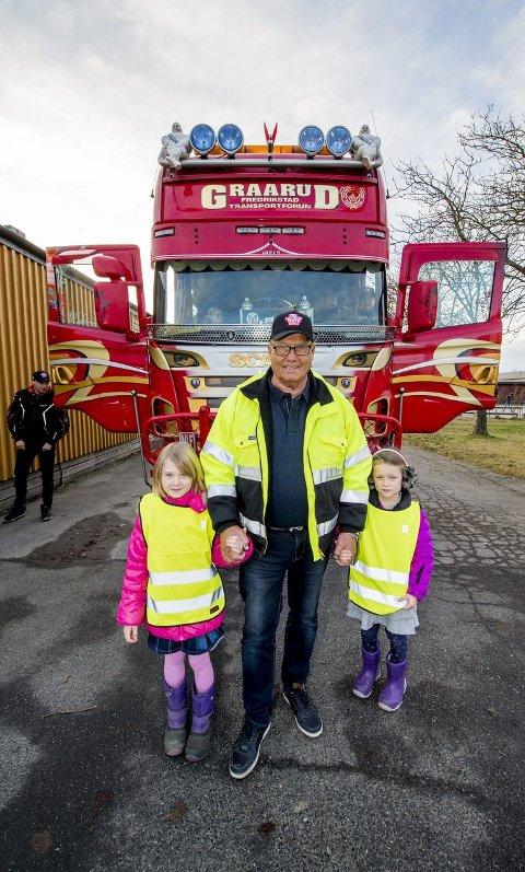 Lærte om lastebiler: Caroline Kahrs Molteberg (6) (til venstre) og Sofie Fjellstad Lid (6) likte lastebilen på Gudeberg skole. I midten leder av forbundet i Østfold, Erik Graarud. alle foto: erik hagen