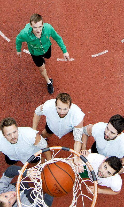 Full fokus: Vinnerlaget Kjøtta IL, med trioen Remi Johnsen (f.v.), David Hammer og Magne Fivelstad i hvit drakt og svarte bukser, i aksjon i sin første kamp lørdag. ALLE FOTO: JAN KÅRE NESS