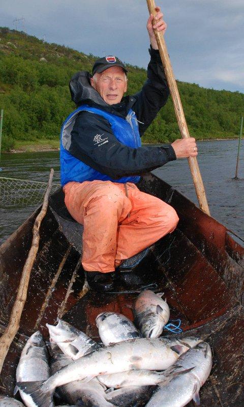 FORNØYD: Andreas Njarga er glad for at de også i år kan fiske med stengsel som har samme maskevidde som tidligere. Men han regner med kort sesong på grunn av sein vår.Foto: Alf Helge Jensen