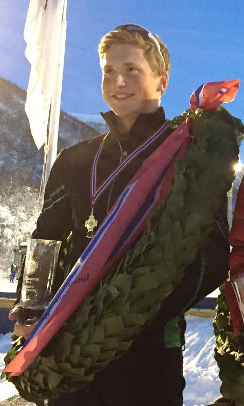 NORSK JUNIORMESTER: En sliten og glad Magnus Bratli fra Fet med laurbærkransen som forteller at han er norsk juniormester på skøyter, allround 2016, etter tidenes tusendelsdrama. Foto: Privat