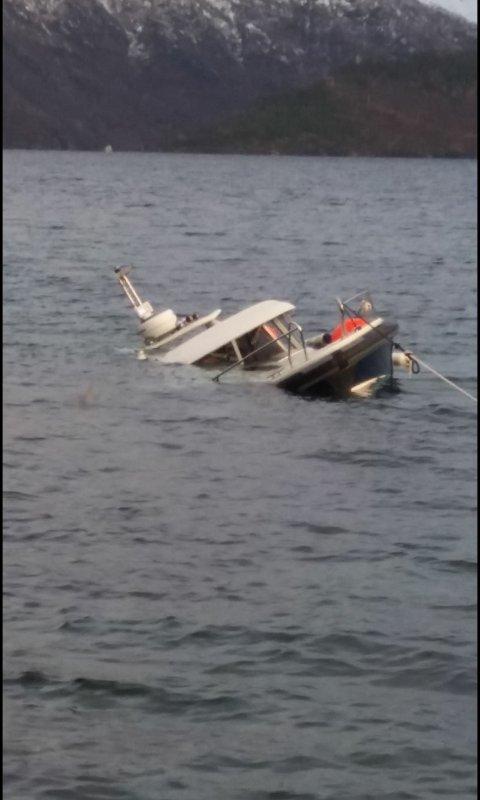 GIKK PÅ LAND: Slik så det ut etter at båten traff stein. Foto: Fremover-tipser.