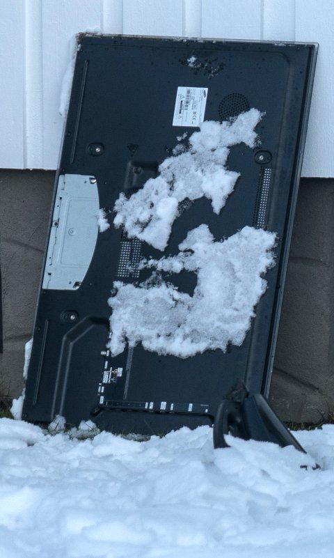 UKJENT SUM: Hvor mye skadene i boligen vil koste er så langt ikke klart. Her er en av tv-ene som ble kastet ut stilt opp mot husveggen. FOTO: ØISTEIN NORUM MONSEN/DAGLBADET