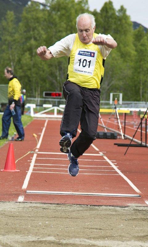 I steget: Arvid Fjærli vant alle øvelsene han stilte opp i. Her er han i farta under trestegkonkurransen. Fjærli sikret gullet med 6,07 meter som resultat. foto: Privat