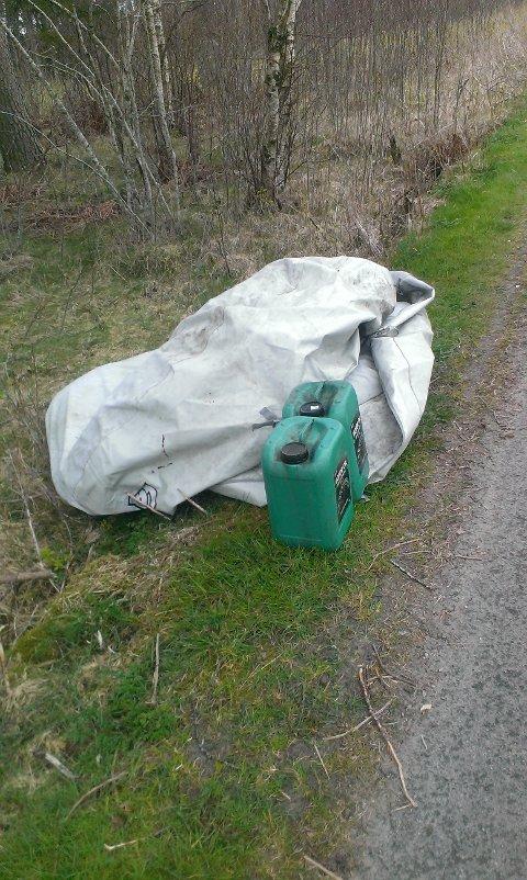 Tomme kanner og gamle, ubrukelige plasttrekk er bare noe av det som dumpes på veien inn til Solastranden golfklubb.