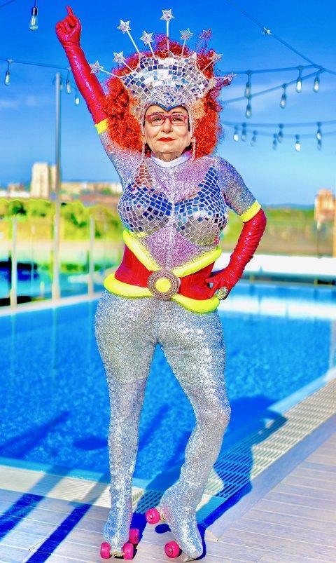 """Glamoråsa The Disco Queen"""", eller Heming Kulø som han egentlig heter kommer helt fra Stockholm for å underholde handleglade ullsokninger på Jessheim storsenter torsdag kveld"""