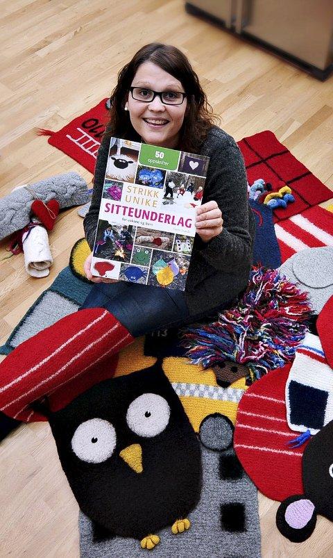 Strikkebok: Catrin Grønås både designer og strikker sitteunderlag. Grove pinner og grovt ullgarn er et godt utgangspunkt for et godt resultat. Nå kommer hun meg bok.