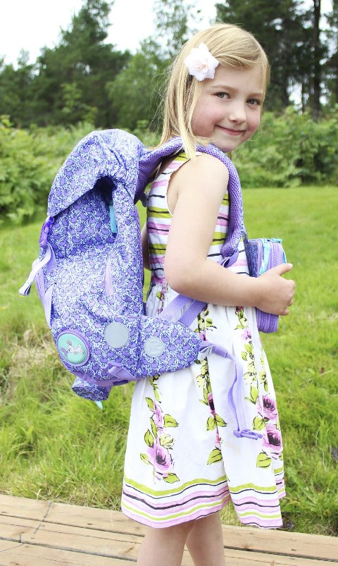 Klar til start: Celine Enaasen viser stolt fram sin nye skolesekk. Mandag er første skoledag.