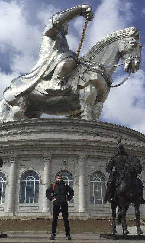 RUVER HØYT: Statuen av Djengis Khan ruver høyt over Pål Eirik Gundersen i Mongolia. Fredag skal Atlas-bryteren vise muskler under OL-kvalifiseringen i Ulan Bator