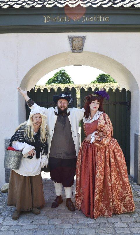 SALIG BLANDING: Inger Tvete, Johannes Lindrupsen og Talina Hansen Skogseth representerer henholdsvis allmuen, det annenrangse borgerskapet og adelen i Anno-byen på Isegran.