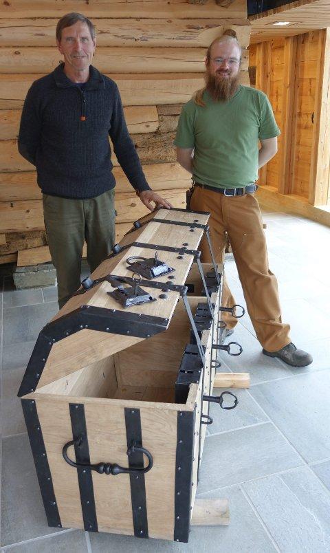 HAR BYGGET DEN NYE TOLLKISTEN: Steinar Moldal (t.v.) er landskjent spesialist på trevirke som byggemateriale og Alf Reidar Melvær har gjort snekkerarbeidet på kisten. FOTO: PRIVAT